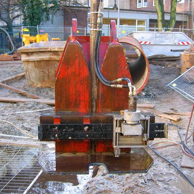 Precise working with sheet pile wall cutting
